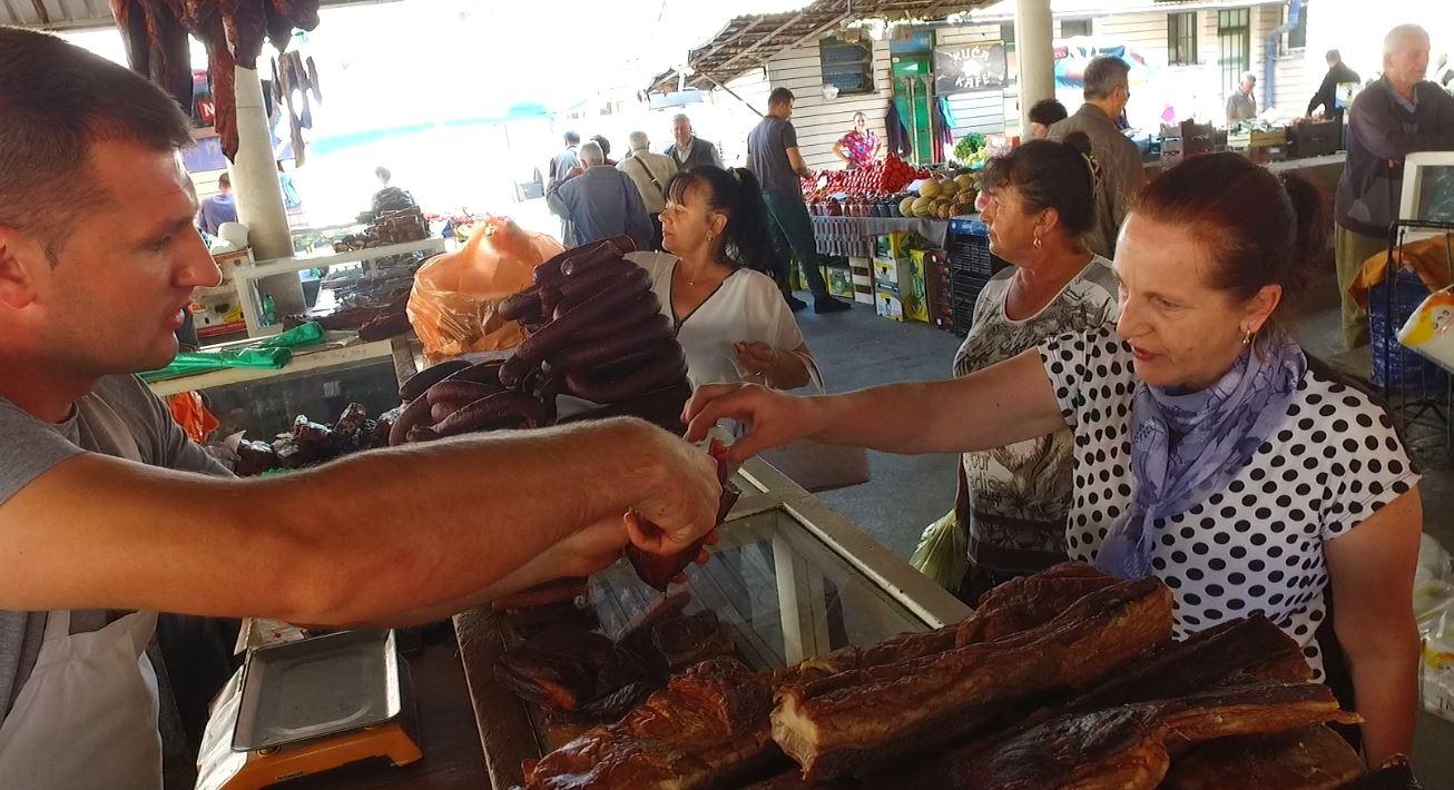 PIJACA TRAVNIK / Vrućine ne umanjuju prodaju suhog mesa
